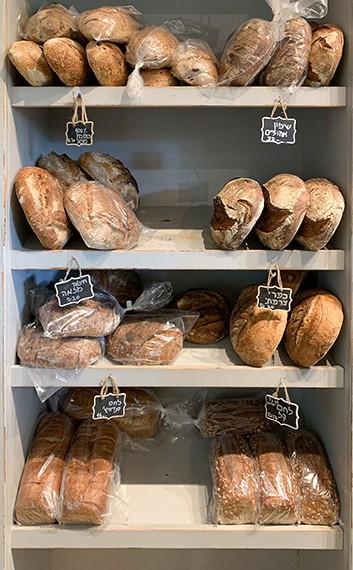 מדפי הלחמים של לחם שחר, משמר השרון