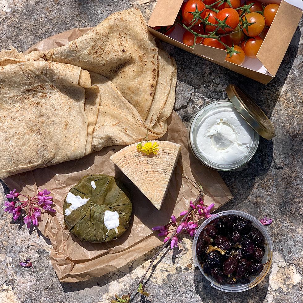 """גבינות, עגבניות, זיתים ולחם מחוות עיזי הר איתן אותה הקים שי זלצר ז""""ל, הסטף"""