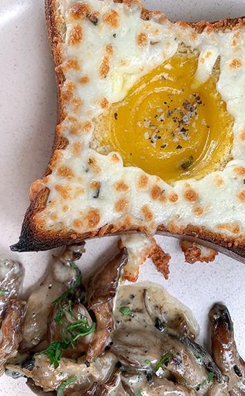 מנת ביצת עין מוקרמת ותבשיל פטריות בארוחת הבוקר של אלחנן תרבות לחם בכניסה לקיבוץ משמרות