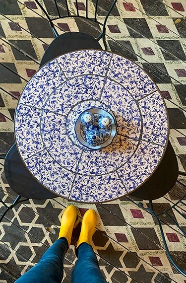רהיטי בית הקפה היפים בבית הקפה הצבי, אורוות האומנים, פרדס חנה