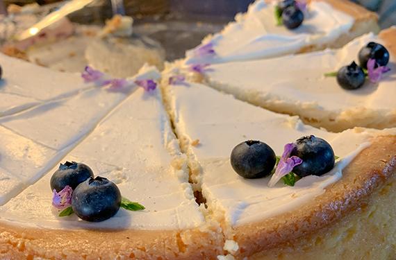 עוגת גבינה אפויה עם אוכמניות מעל במטרלו בעין זיוון