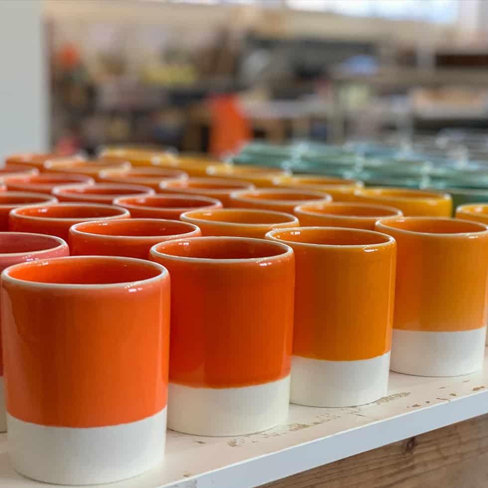 """כוסות צבעוניים מקרמיקה בסטודיו אדמה, קיבוץ נתיב הל""""ה"""