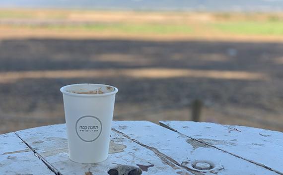 תחנת קפה המשקיפה לשדות, מחוץ לכפר יהושע