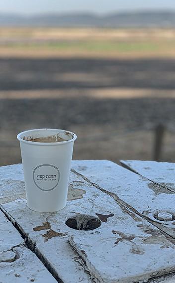 קפה של בוקר בתחנת קפה, בכניסה לכפר יהושע