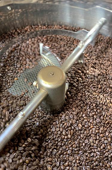 מכונת הקלייה עם פולי הקפה באגרוקפה במטה יהודה