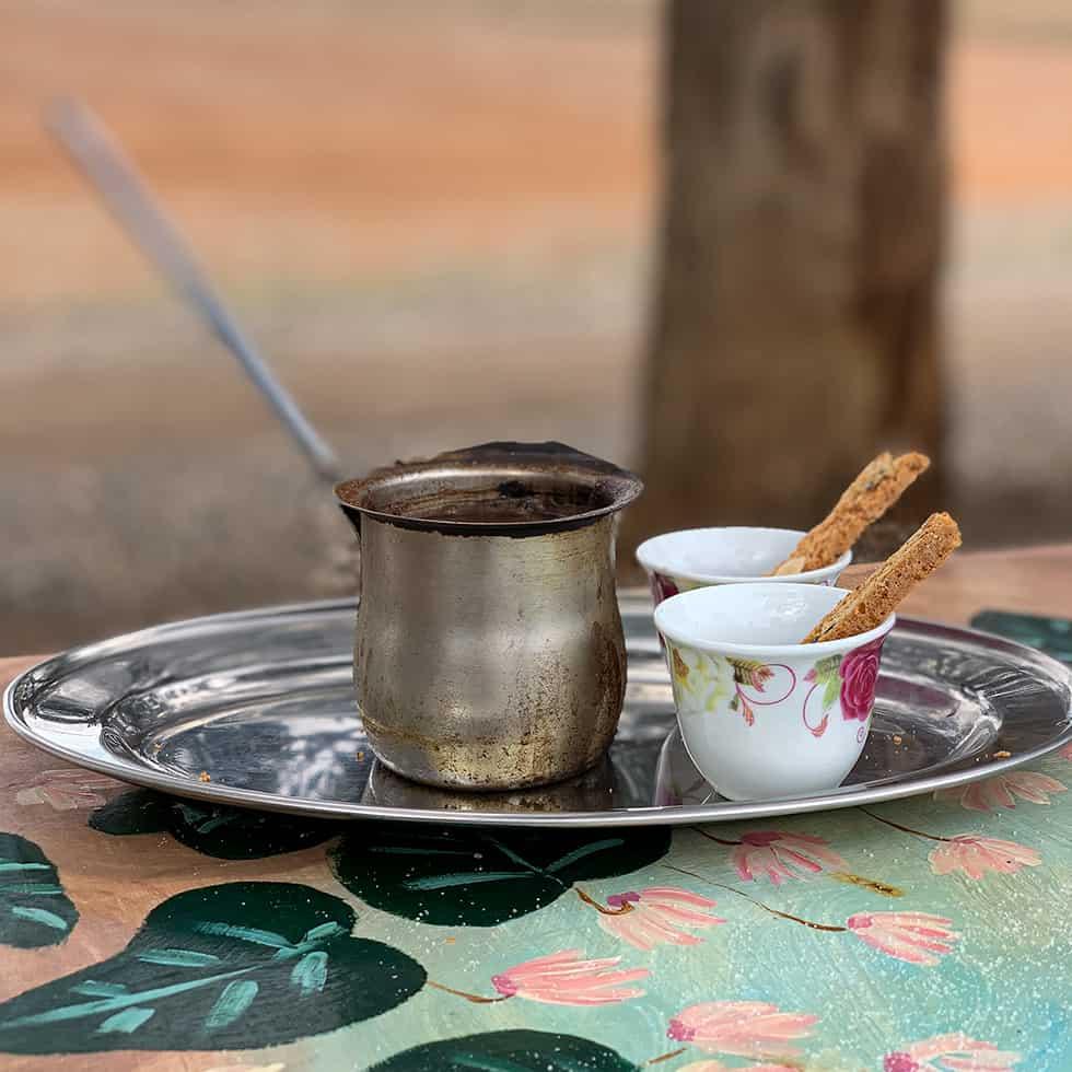 פינג'אן קפה שחור וכוסות עם עוגיות בשמורה 215, שמורת פורה