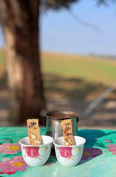 פינג'אן קפה שחור וכוסות עם עוגיות בשמורה 215, ברקע שמורת פורה