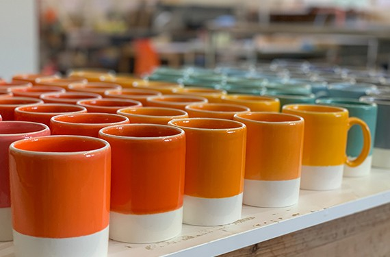 כוסות צבעוניים בסטודיו אדמה, סטודיו לקרמיקה בקיבוץ הל
