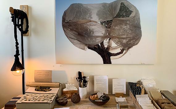 תצוגה של חפצי נוי אומנותיים, סטודיו בילונגינג, כפר ויתקין
