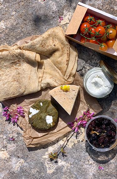 גבינות, עגבניות, זיתים ולחם מחוות עיזי הר איתן, הסטף