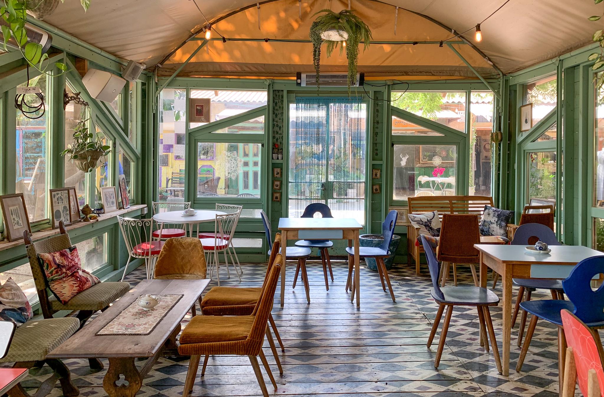קפה הצבי המעוצב והיפה במתחם אורוות האומנים בפרדס חנה