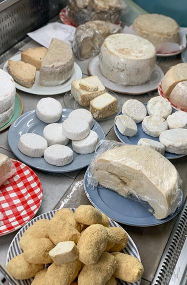 מבחר גבינות במקרר הגבינות של מחלבת עיזה פזיזה במושב טל שחר