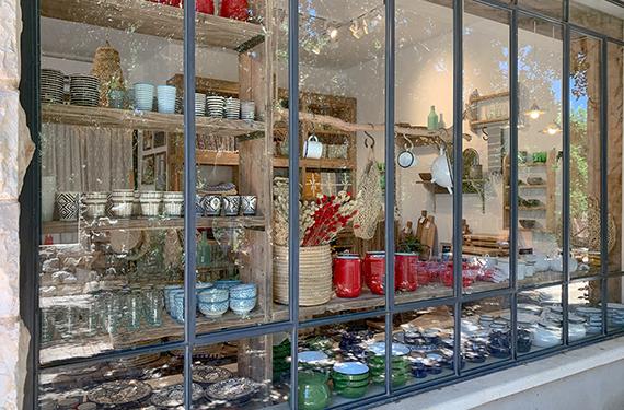 כלים יפים, בעיקר מאמייל ירוק ואדום בחנות הולך בטל במתחם בואכה יודפת בכניסה ליישוב יודפת