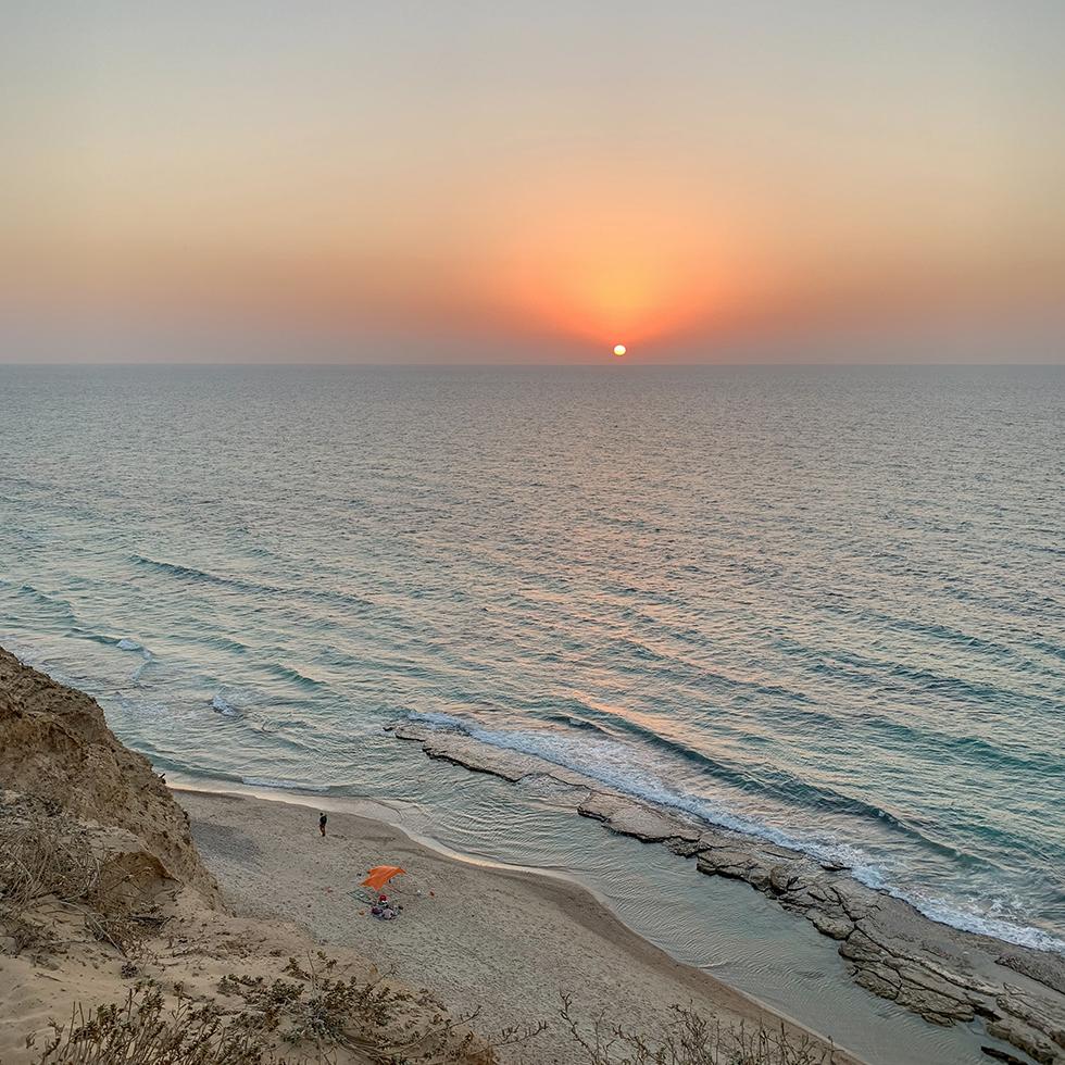 שקיעה מרהיבה ממצוק בשמורת הטבע חוף השרון