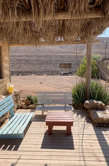 ספסל נמוך במרפסת חנות הגבינות בחוות הבודדים חוות נאות