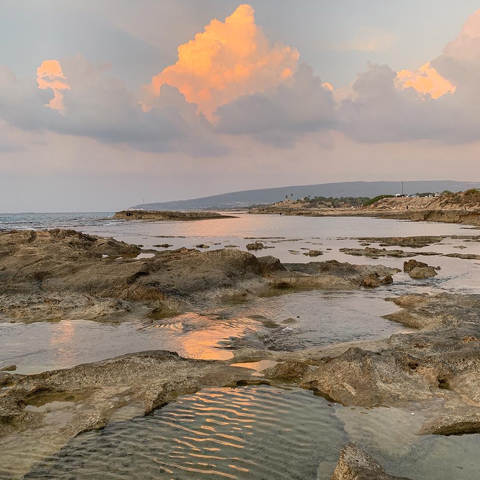שקיעה ורדרדה בחוף אכזיב היפהפה בגליל המערבי