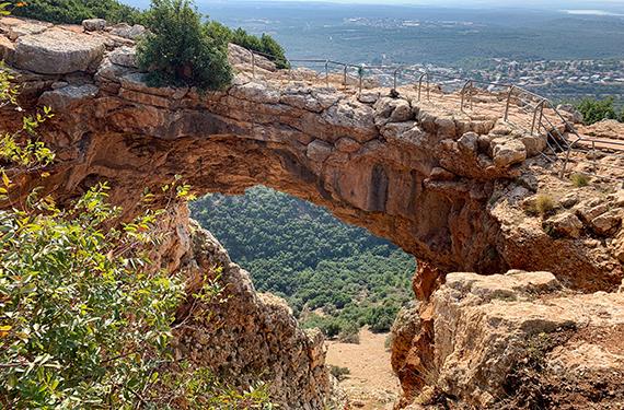 תצפית לעבר הקשת במערת קשת בפארק אדמית