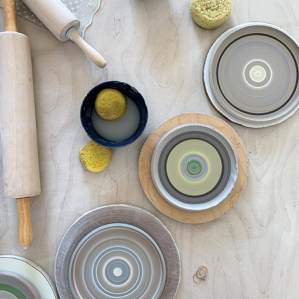 כלי הקרמיקה הצבעוניים שיצרנו בסדנה עם רינת בר נצר בסטודיו שלה במדרשת בן גוריון