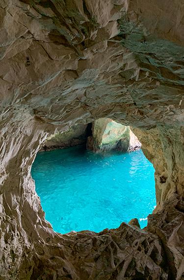 הים הכחול מבעד חור בסלע בראש הנקרה