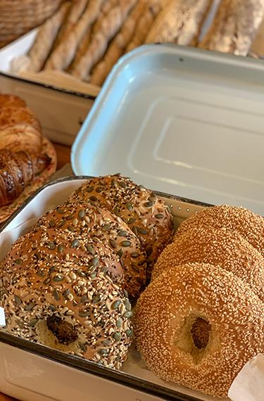 בייגלים מכמה סוגים, עם שומשום ועם גרעינים במאפיית ארגז לחם במושב עין ורד