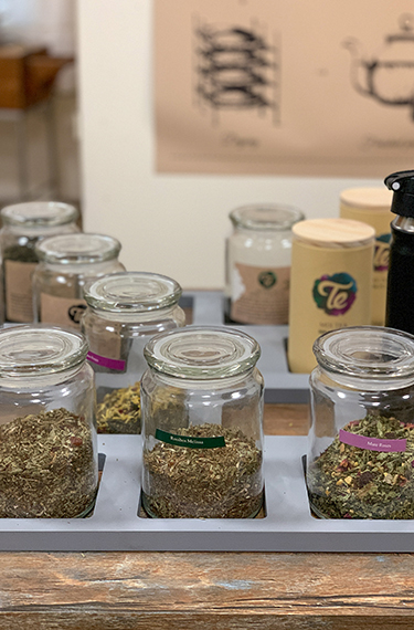 צנצנות ובתוכן סוגי תה שונים במרכז המבקרים של מותג התה TEבקיבוץ אלפא