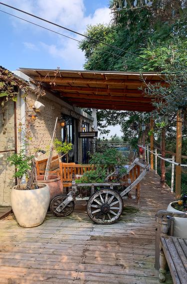 הכניסה היפה והכפרית למסעדת גוז ודניאל במושב בני ציון