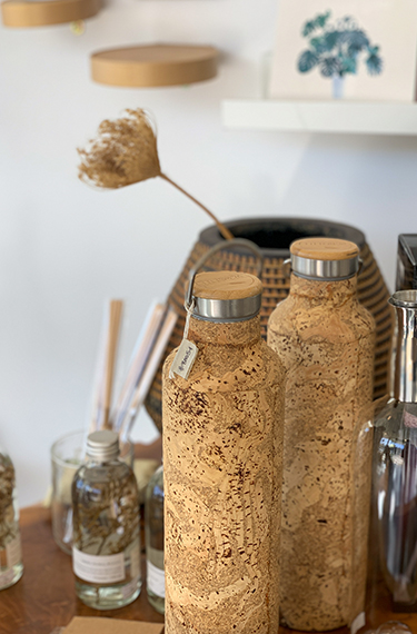 בקבוקי מים מעוצבים בחנות הגן הבוטני האוניברסיטאי בירושלים