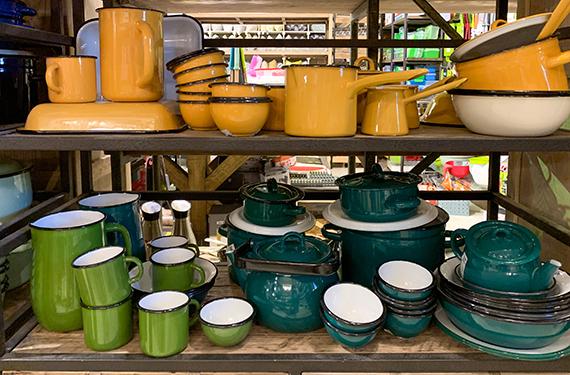 כלי אמייל צבעוניים בחנות הריהוט היפה טורקיז בבית יצחק