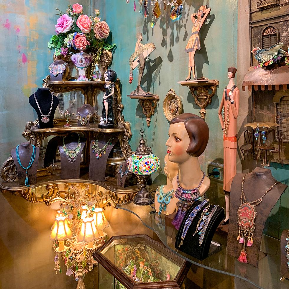 הפריטים היפים בחנות הגלריה החדשה של מיכל נגרין בכניסה לקיבוץ נען