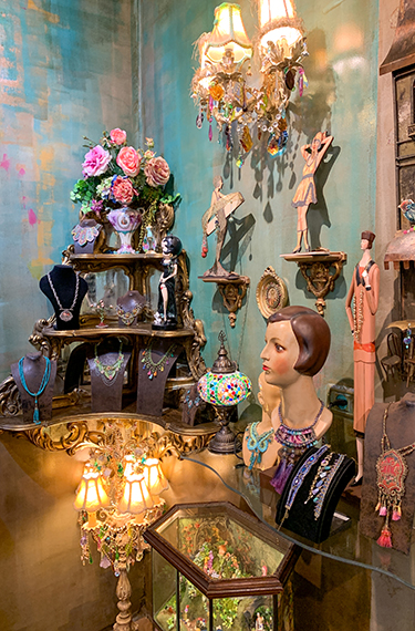 פריטים בחנות של מיכל נגרין בקיבוץ נען, תכשיטים, רהיטים ופסלים יפים