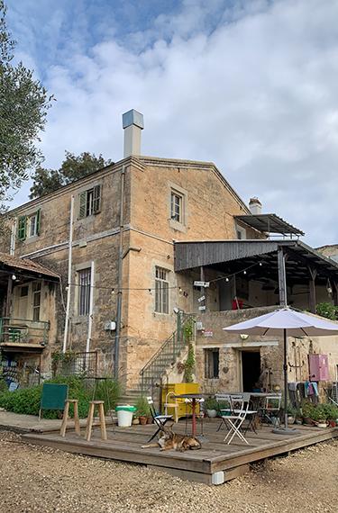 בית אבן טמפלרי מהמם המשמש כבית קפה, גלריה וחנות של תוצרת אמנים מקומיים ביישוב אלוני אבא
