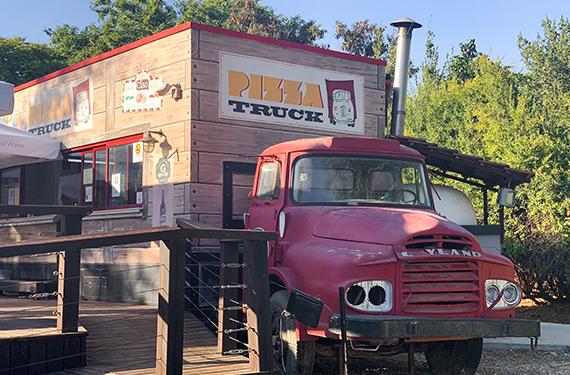 משאית המשמשת כמבנה הפיצרייה המעולה פיצה טראק בקיבוץ דפנה בגליל העליון