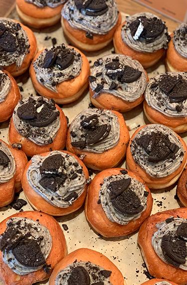 סופגניות ומעליהן קרן ושברי עוגיות אוראו בקיטשן אנד גארדן תל יצחק