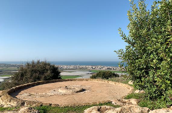 מבט לגת העתיקה עם הנוף לים בשמורת חוטם הכרמל ליד רמת הנדיב