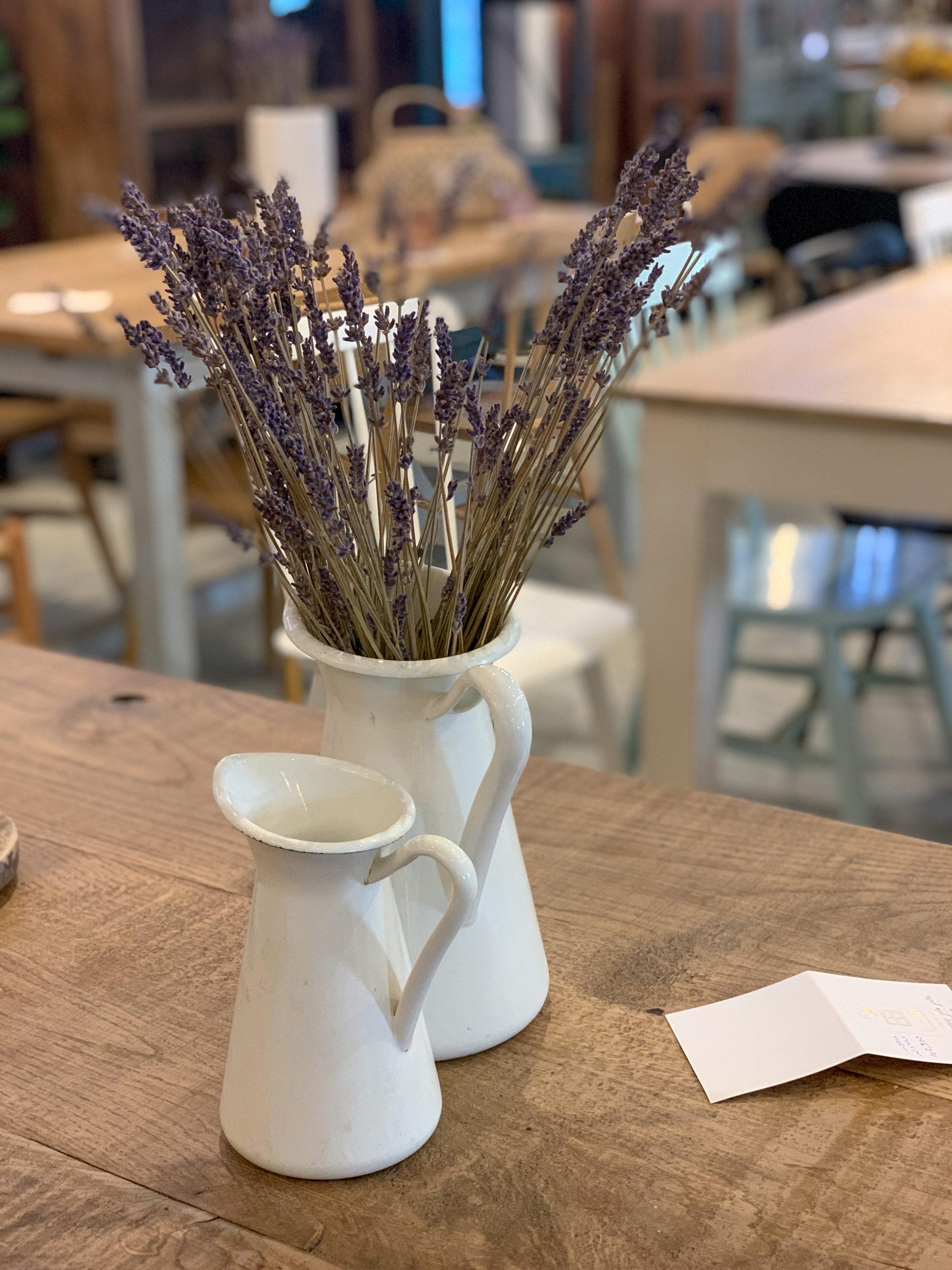אגרטל עם פרחי לבנדר סגולים על שולחן עץ יפה בחנות הרהיטים תומיק באבן יהודה