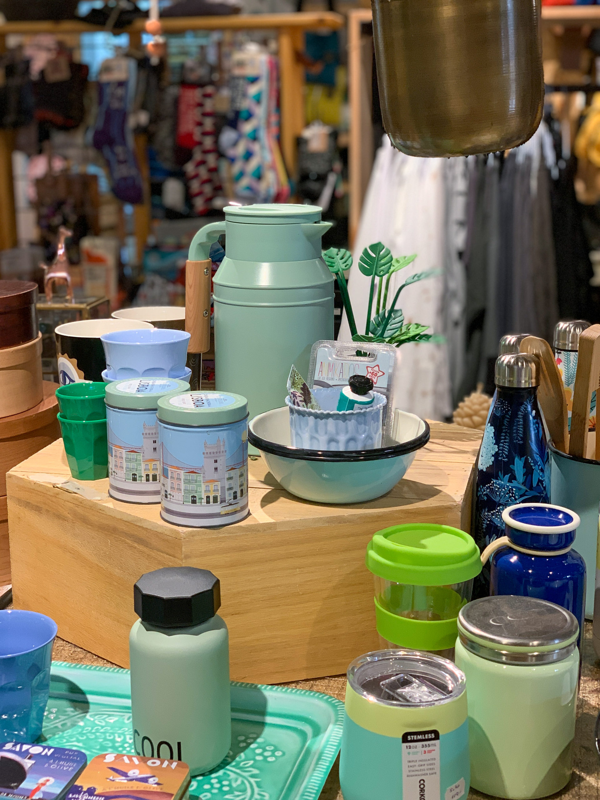 כלים בגווני ירוק וכחול בחנות רבקה בקיבוץ נען
