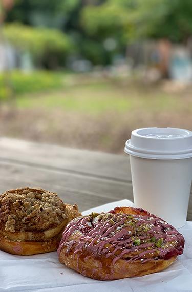 מאפים וקפה ליד עגלת הקפה Vicky`s bake shop בנורדיה