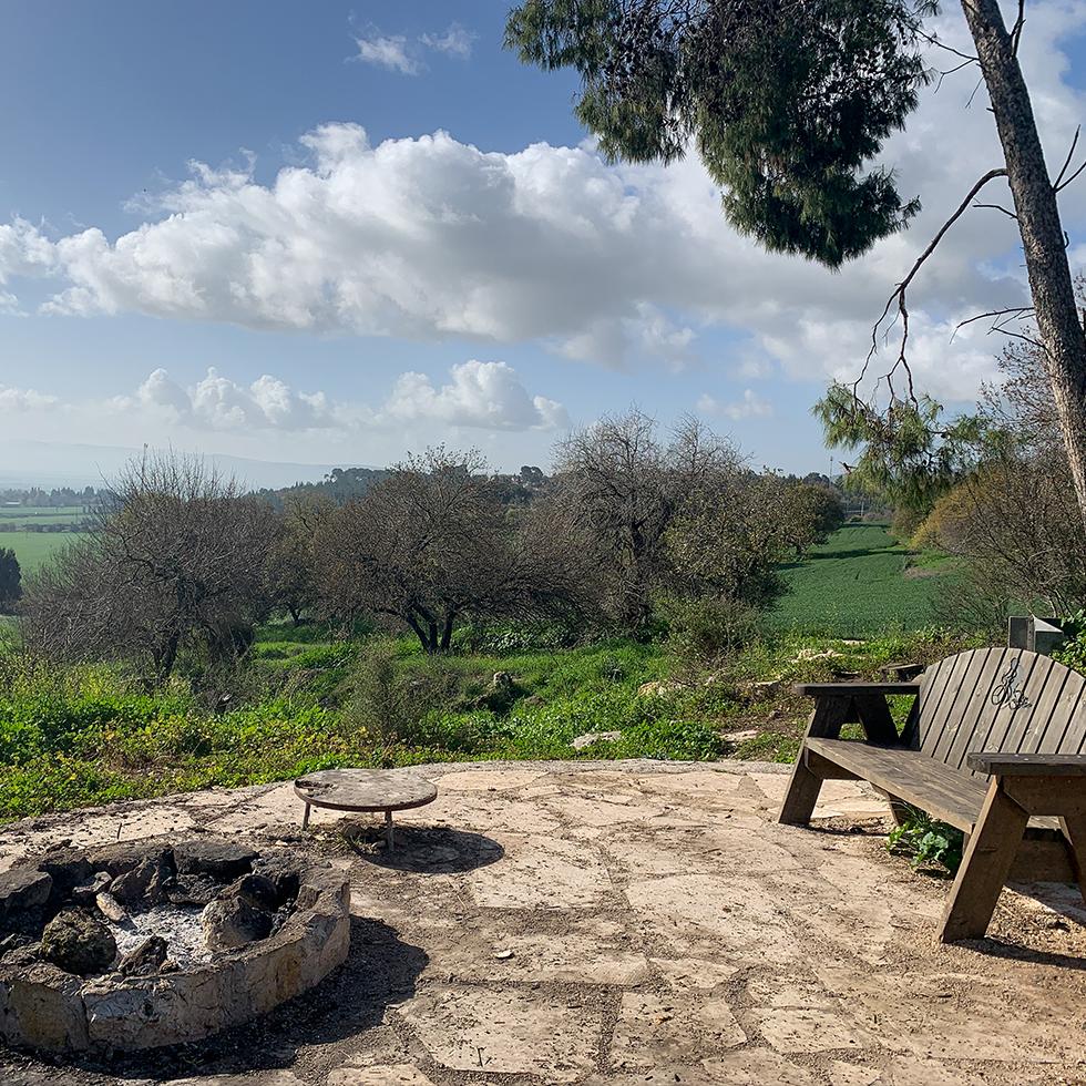 ספסל ומקום למדורה וברקע נוף עמק יזרעאל במצפה שרון חן ליד קרית טבעון