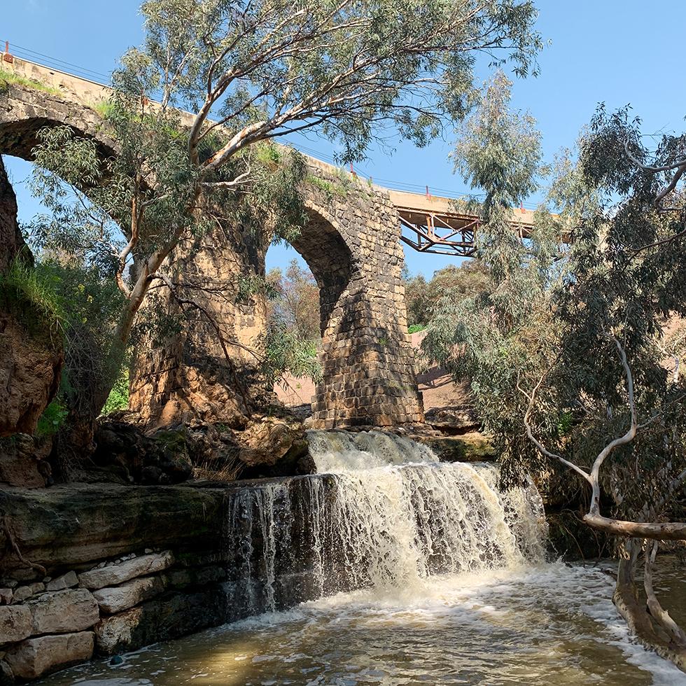 גשר קנטרה מעל נחל חרוד בעמק המעיינות