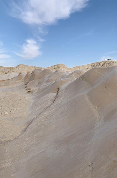 סלעים בהירים חלקים בחמוקי ניצנה באיזור פתחת ניצנה ליד גבול מצרים