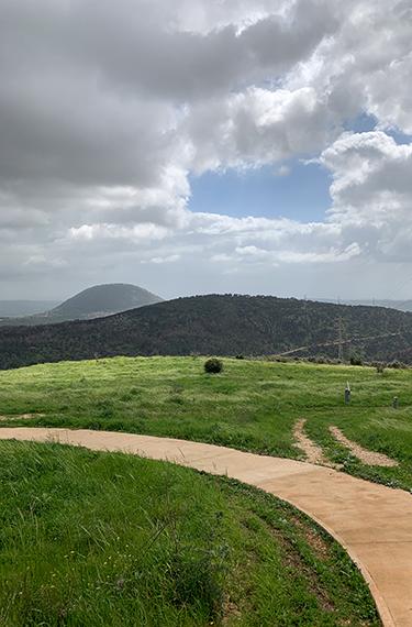 נוף הגליל מהדרך הסלולה בשמורת האירוס הנצרתי ליד נוף הגליל