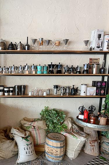 מדפי הכוסות והמקינטות בבית הקפה אגרוקפה ביישוב שריגים
