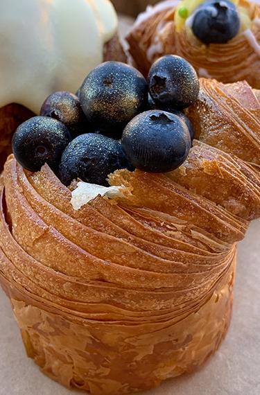 מאפה במילוי קרם פטיסייר ואוכמניות בבית הקפה קונדיטוריה מטרלו בקיבוץ עין זיוון ברמת הגולן