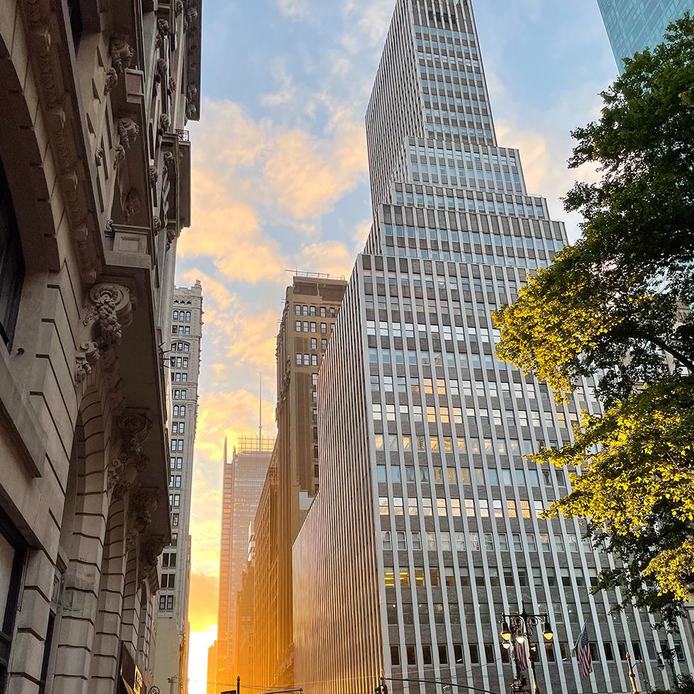 גורד שחקים מרהיב בניו יורק ליד הבראיינט פארק בעת שקיעה
