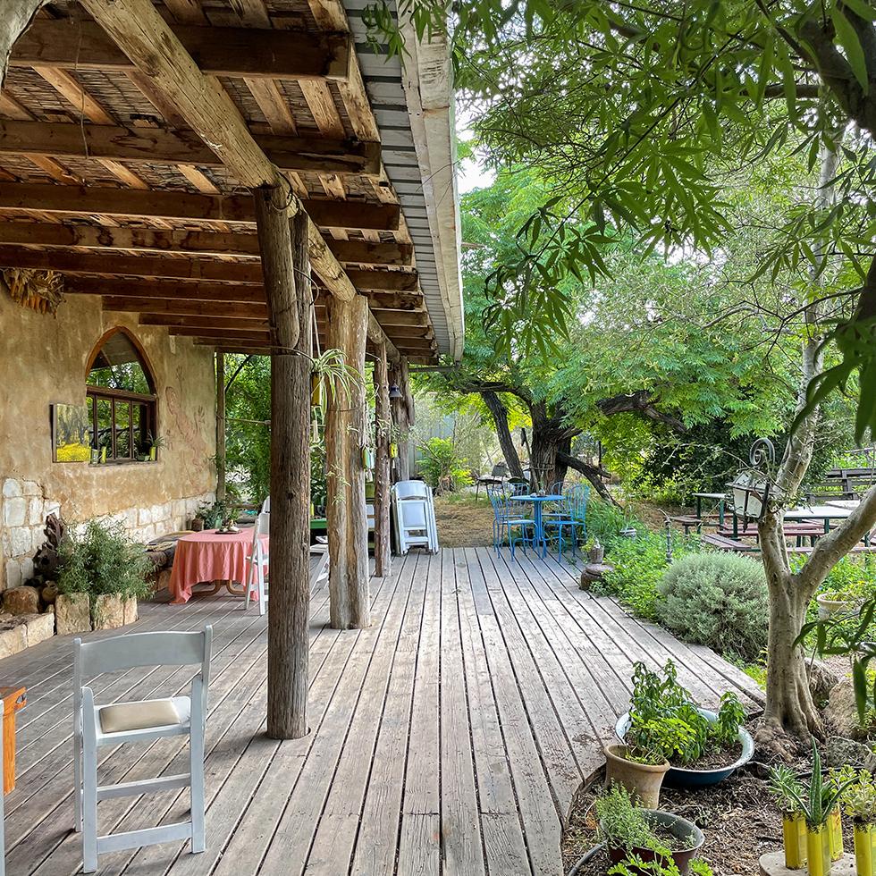 החצר היפה והפסטורלית ומולה הגן בבית הבד האקולוגי ריש לקיש ביישוב ציפורי