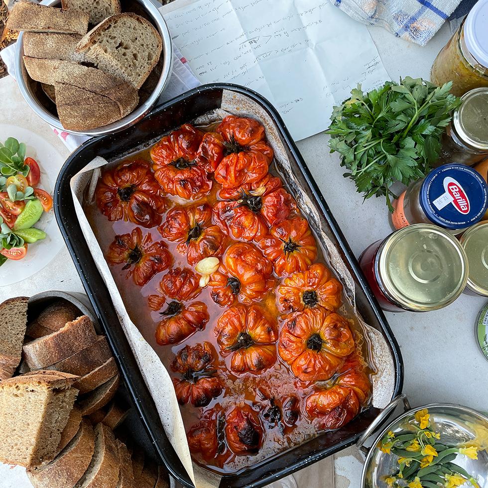 תבנית עגניות ג'נובה צלויות על שולחן ההכנות בסעודה בגינת העץ במעלה צביה