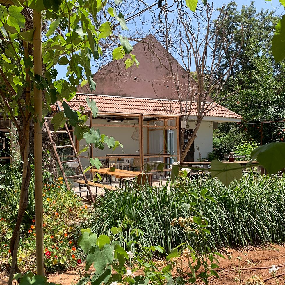 בית קרקע עם גג אדום וגינה נאה לפניו - זוהי מסעדת המחתרת התאילנדית בפרדס חנה