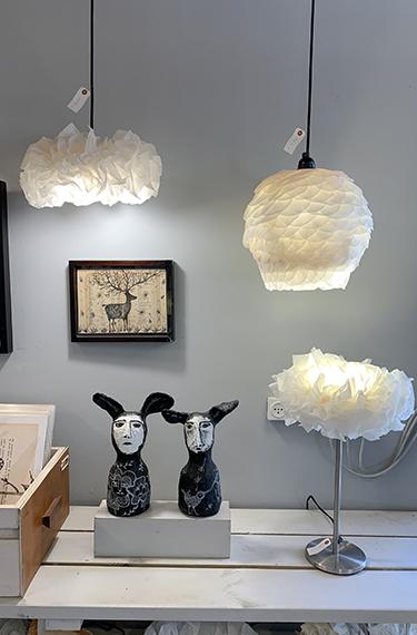 תמונה, מנורות מנייר ופסלים באחד מחדרי הסטודיו במתחם הידית בפרדס חנה