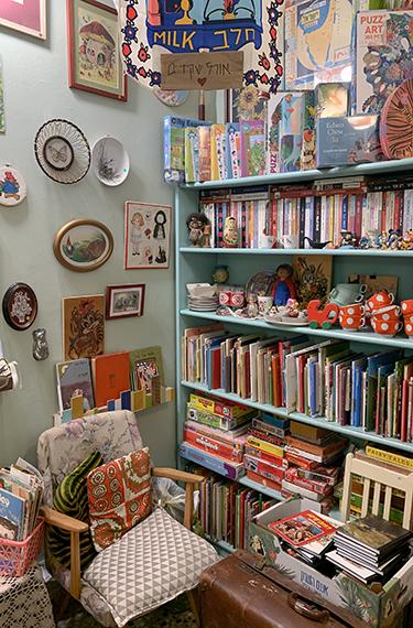 מדפי הספרים והחפצים בחנות היד השנייה נוני ופורטונה בפרדס חנה