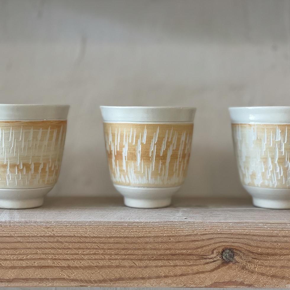 כוסות מרהיבות עם טקסטורה מיוחדת בגווני לבן וחום בסטודיו דווקא בחיפה